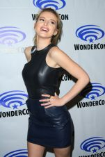 bella-thorne-at-wondercon-2016-rachet-and-clank-in-los-angeles-03-25-2016_3